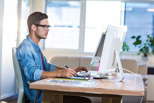 Helden Umzüge - Unternehmensumzug, Mann, Computer, Schreibtisch, Büro